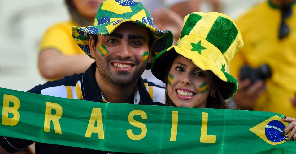 Casal mostra a torcida pelo Brasil antes do jogo contra a Colômbia, no Castelão