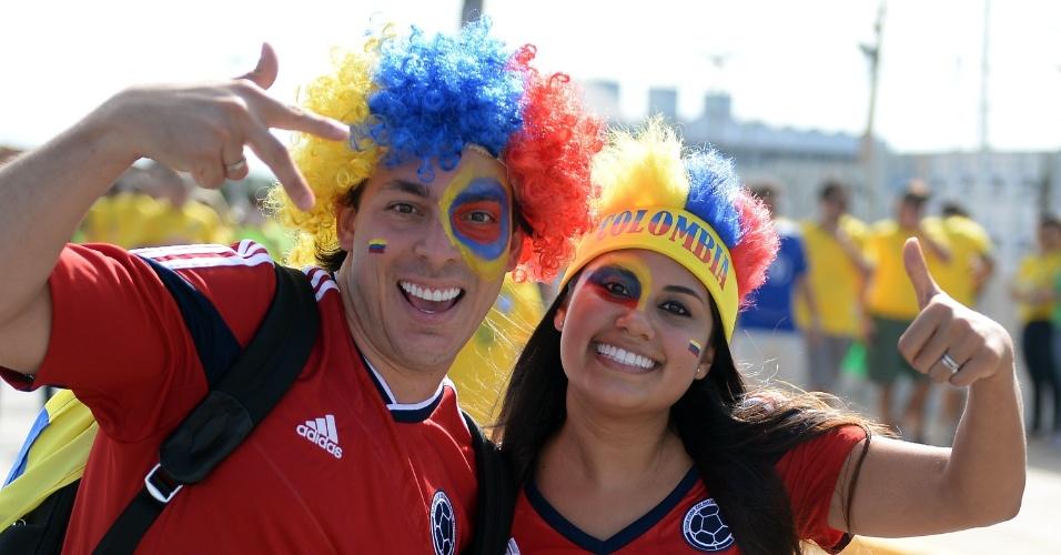 Casal torcedor da Colômbia faz festa antes da partida contra o Brasil, no Castelão, pelas quartas de final da Copa