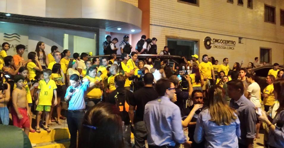 Clínica médica que presta atendimento ao atacante Neymar recebe dezenas de torcedores brasileiro no lado de fora