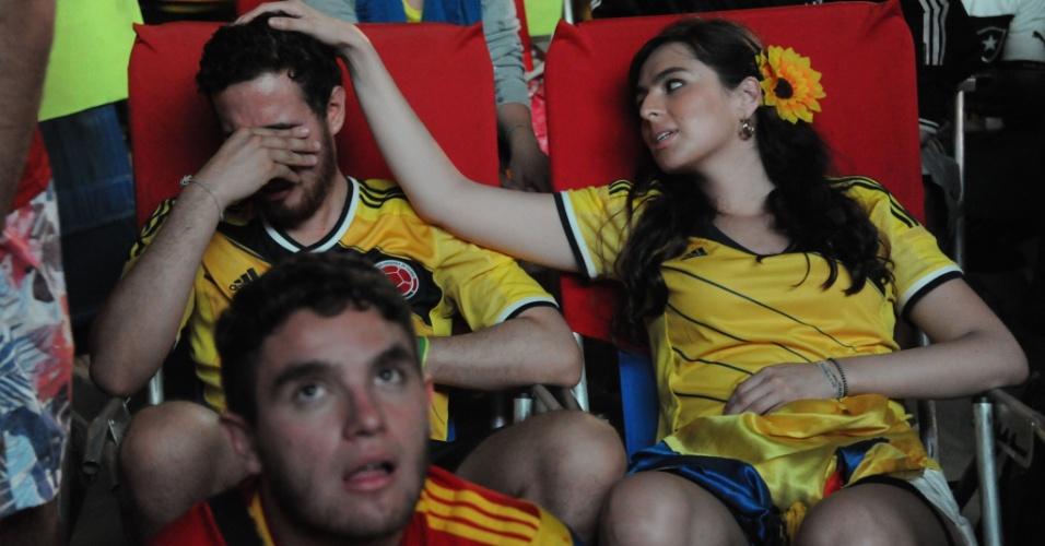 Colombiano cai no choro e é consolado na Fan Fest de Copacabana após eliminação