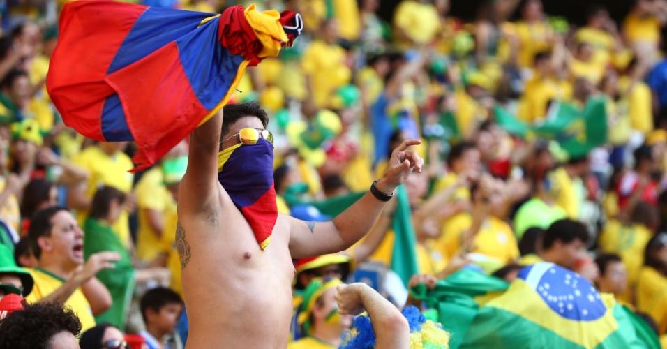 Colombiano canta e agita bandeira nacional dentro do Castelão antes do início da partida contra o Brasil
