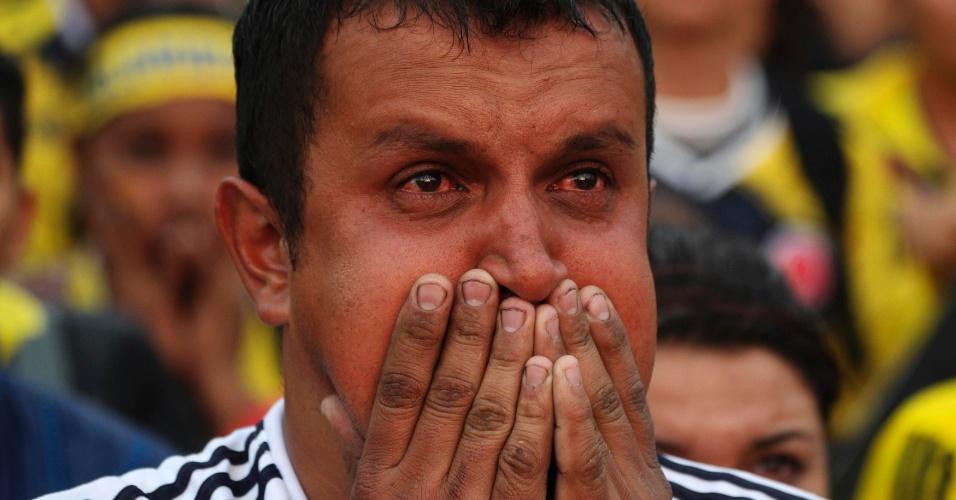 Colombiano chora na Praça Bolívar, em Bogotá, após a eliminação para o Brasil na Copa do Mundo