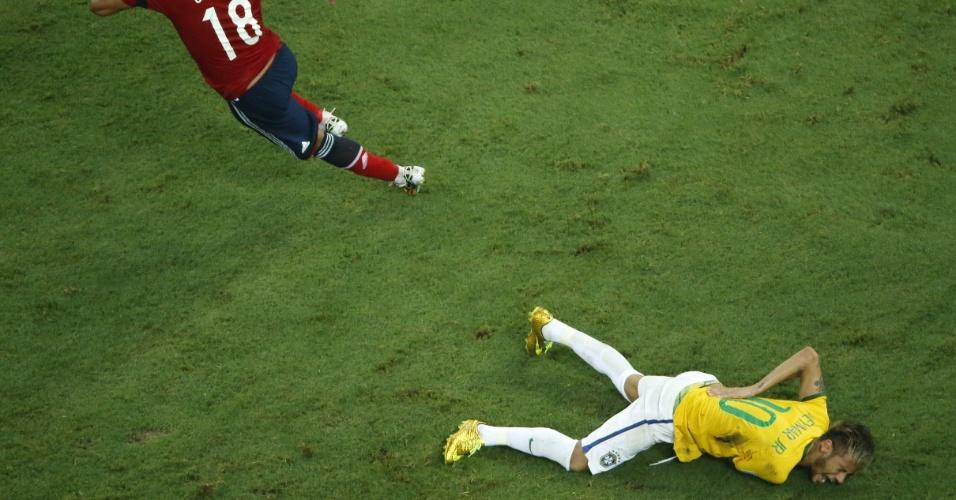 04.jul.2014 - Colombiano Zuniga corre após dar joelhada que lesionou Neymar. O atacante brasileiro fraturou uma vértebra e está fora da Copa do Mundo