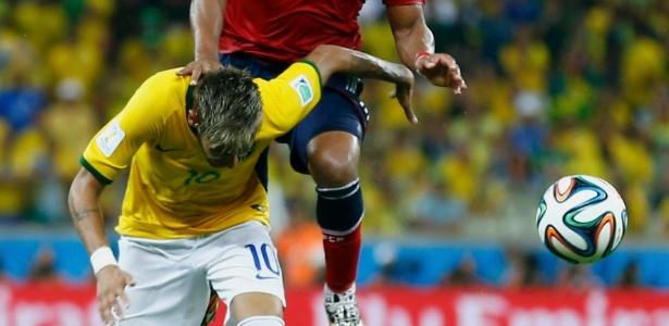 Colombiano Zúñiga pula e acerta joelhada nas costas de Neymar. O ato foi responsável por fratura em vértebra do camisa 10 brasileiro