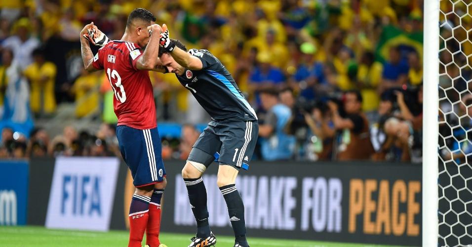 04.jul.2014 - Colombianos tentam se reerguer após a derrota para o Brasil por 2 a 1, no Castelão