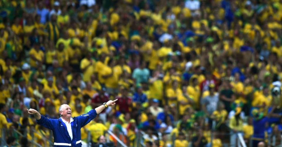 04.jul.2014 - Com a torcida ao fundo, Felipão orienta os jogadores do Brasil na vitória por 2 a 1 sobre a Colômbia no Castelão