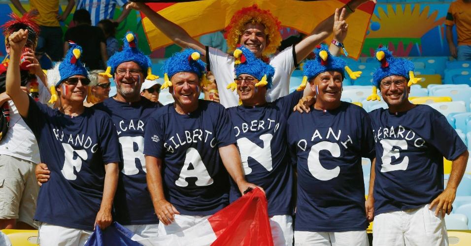Com alemão ao fundo, torcedores franceses exibem camisetas com torcida organizada no Maracanã