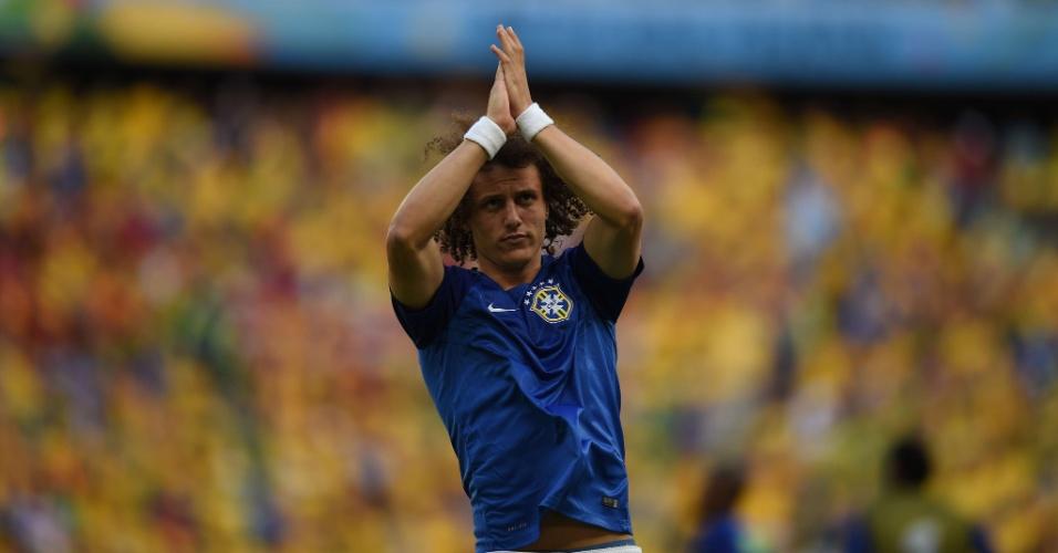 04.jul.2014 - David Luiz agradece à torcida no Castelão durante aquecimento para o jogo entre Brasil e Colômbia