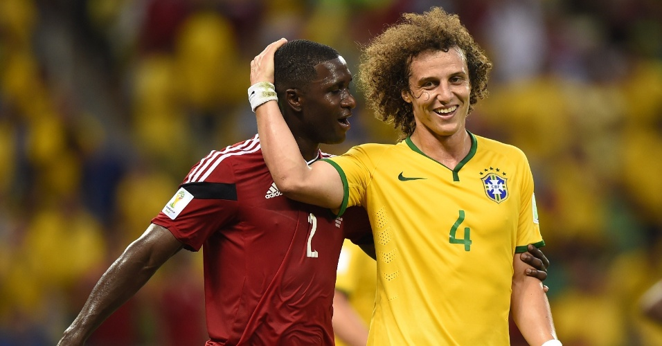 04.jul.2014 - David Luiz brinca com o zagueiro colombiano Cristian Zapata durante a vitória brasileira por 2 a 1 no Castelão