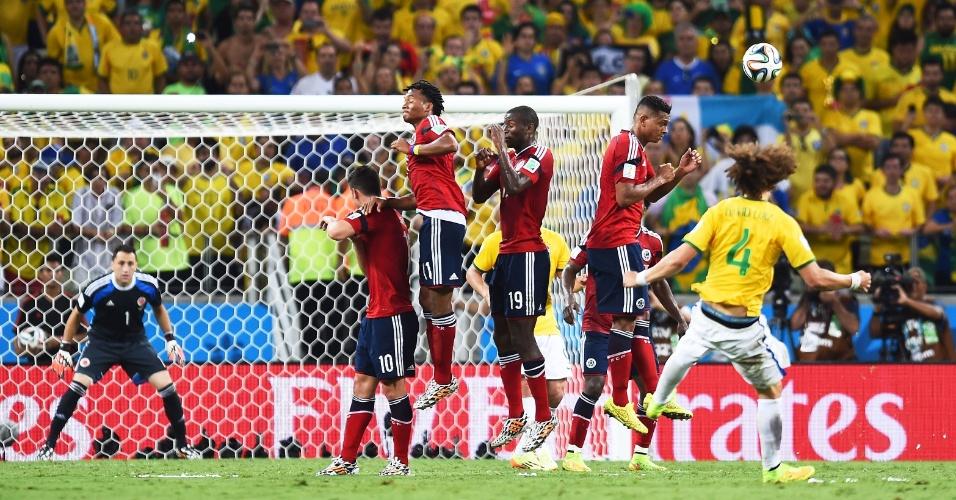 04.jul.2014 - David Luiz cobra falta com efeito e marca o segundo gol do Brasil contra a Colômbia, no Castelão