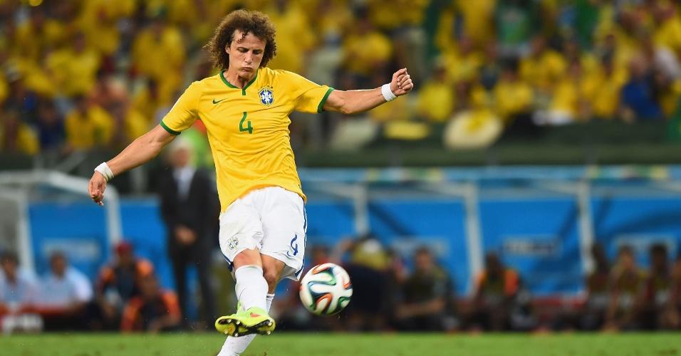 04.jul.2014 - David Luiz cobra falta com perfeição e marca o segundo gol do Brasil na vitória por 2 a 1 sobre a Colômbia, no Castelão
