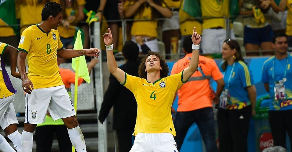 04.jul.2014 - David Luiz comemora após marcar, de falta, o segundo gol do Brasil contra a Colômbia, no Castelão
