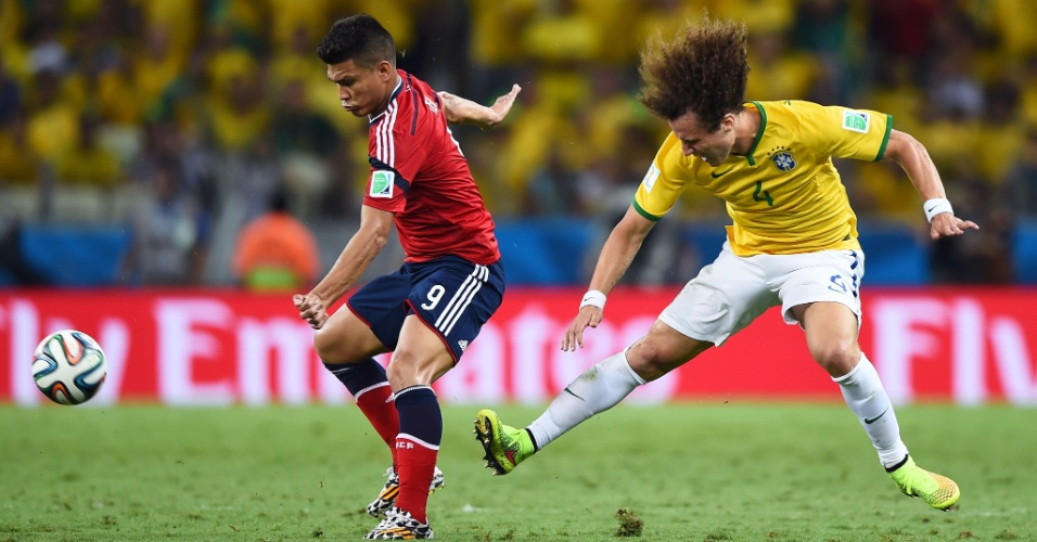 04.jul.2014 - David Luiz marca de perto o colombiano Teofilo Gutierrez, durante a partida no Castelão