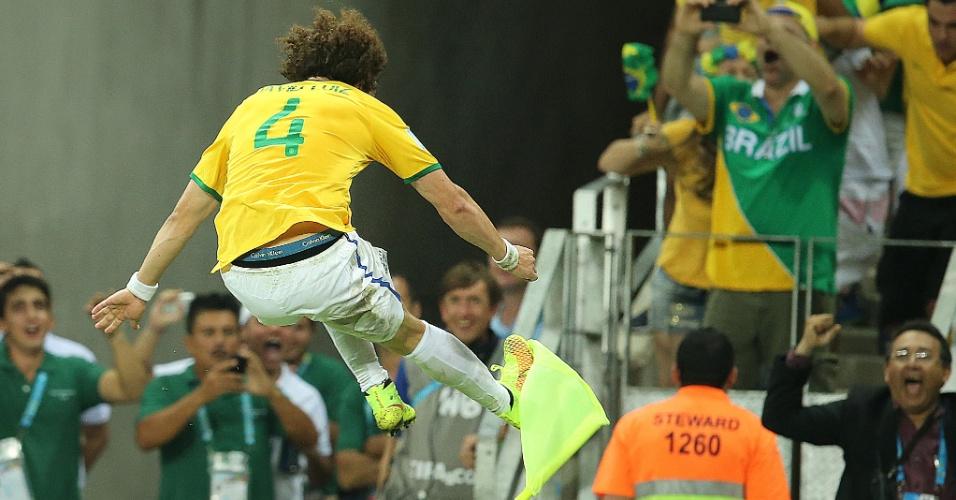 04.jul.2014 - David Luiz marca na vitória brasileira sobre a Colômbia e chuta a bandeirinha de escanteio do Castelão