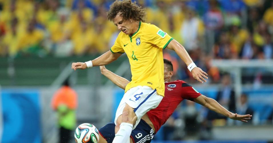 04.jul.2014 - David Luiz rouba a bola de Gutiérrez e afasta o perigo na vitória brasileira sobre a Colômbia por 2 a 1, no Castelão