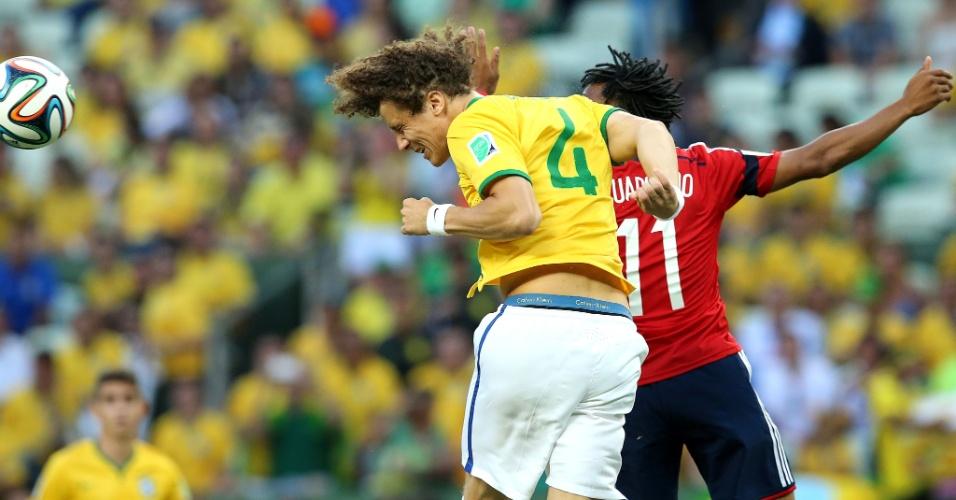 04.jul.2014 - David Luiz se antecipa a Cuadrado e ganha de cabeça na vitória brasileira sobre a Colômbia por 2 a 1, no Castelão