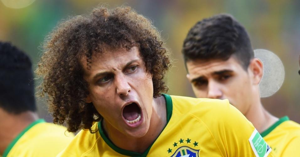 04.jul.2014 - David Luiz vibra com o gol de seu companheiro de zaga, Thiago Silva, que abriu o placar contra a Colômbia no Castelão