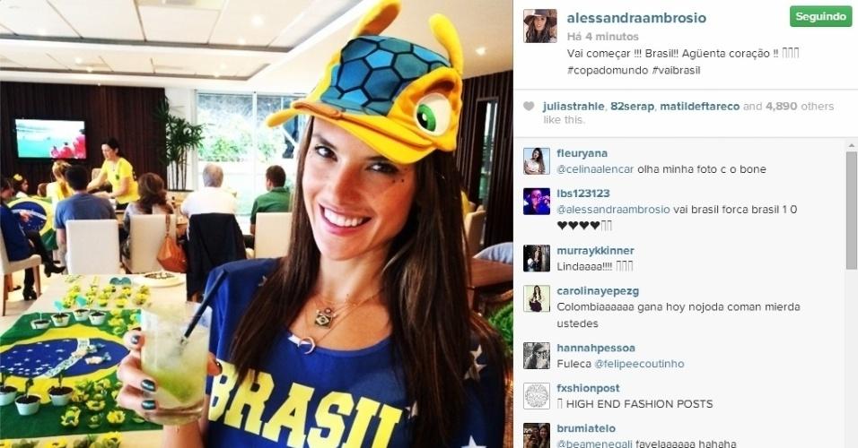 De Fuleco, modelo Alessandra Ambrósio torce pelo Brasil contra a Colômbia nas quartas de final da Copa