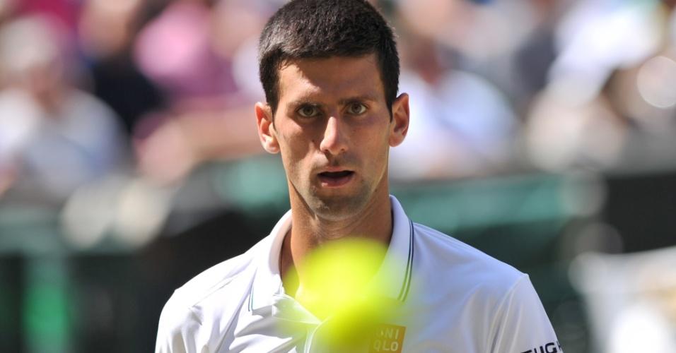 Djokovic observa bolinha durante jogo contra Dimitrov, que vale vaga na final do Grand Slam de Wimbledon