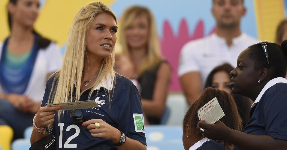Elodie Mavuba, mulher do volante Rio Mavuba, chega ao Maracanã para assistir ao jogo entre França e Alemanha