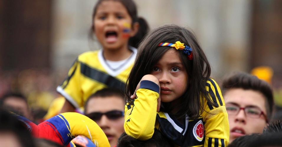 Em Bogotá, pequena torcedora colombiana fica triste ao ver o Brasil abrir o placar sobre a Colômbia