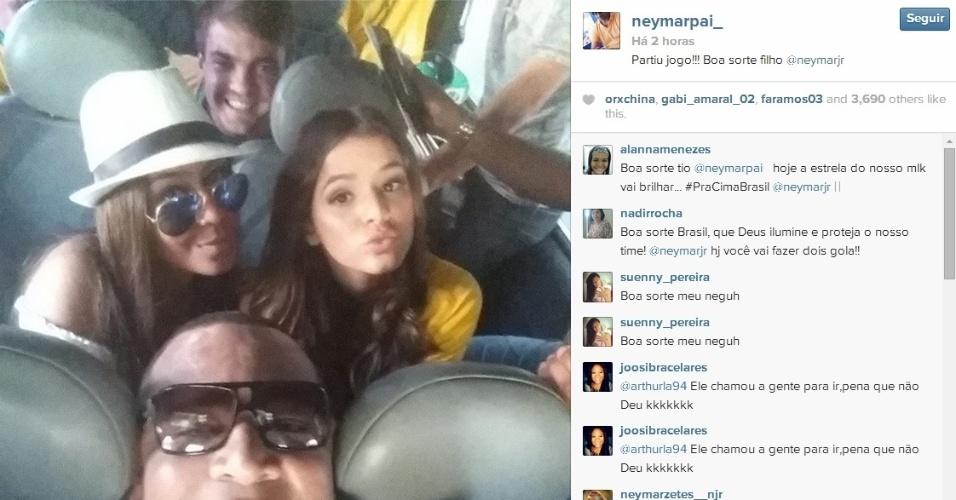 """""""Em família"""": Marquezine posa para foto com pai de Neymar e cunhada Rafaella"""