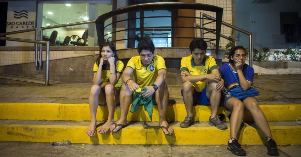 Fãs de Neymar ficam cabisbaixos na porta de clínica médica de Fortaleza após a notícia da gravidade da lesão do camisa 10 da seleção brasileira