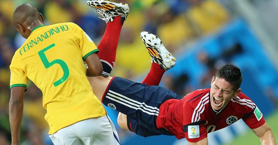 04.jul.2014 - Fernandinho derruba o colombiano James Rodríguez, que sente muitas dores no Castelão. O Brasil venceu por 2 a 1 e está na semifinal