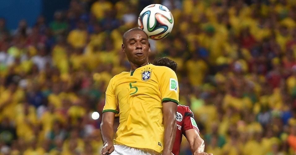 Fernandinho sobe para cabecear a bola na vitória do Brasil sobre a Colômbia nas quartas de final da Copa