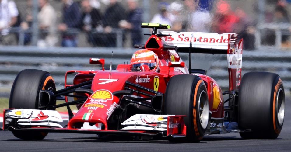 Fernando Alonso com sua Ferrari no primeiro treino livre para o GP da Inglaterra: terceiro melhor tempo na primeira sessão de treinos livres