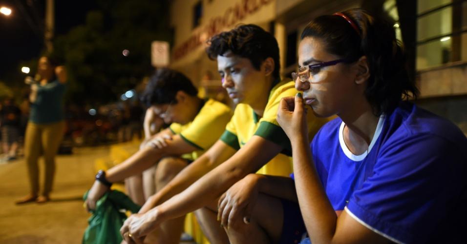 Fora da clínica médica, torcedores brasileiros mostram abatimento por lesão de Neymar