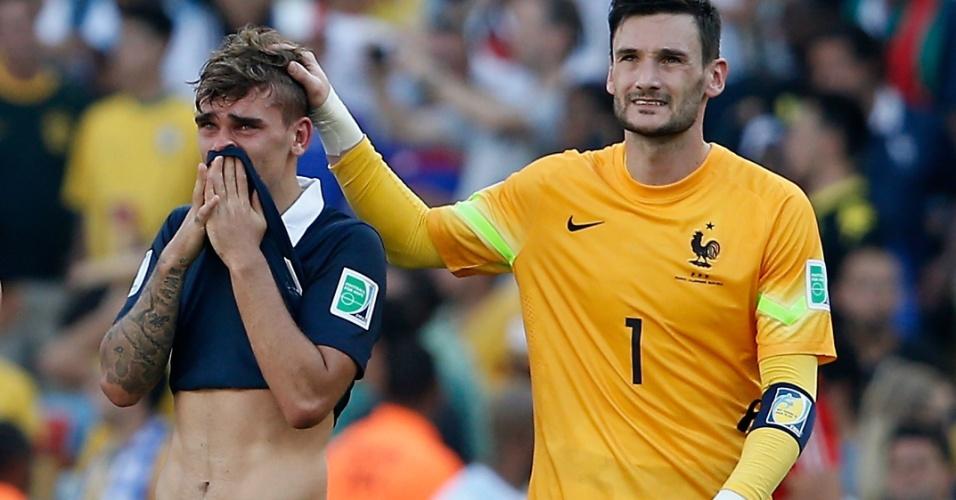 Francês Antoine Griezmann é consolado pelo goleiro Hugo Lloris no gramado do Maracanã após eliminação para a Alemanha