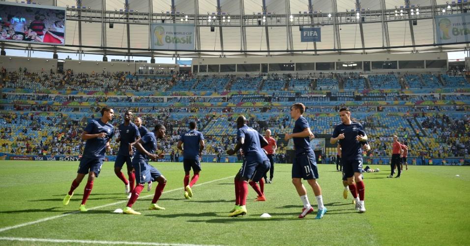Franceses se aquecem no gramado do Maracanã antes da partida da França contra a Alemanha