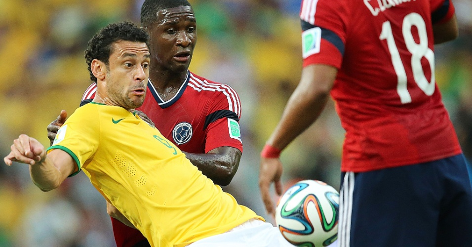 04.jul.2014 - Fred faz o papel de pivô e tenta dominar a bola na vitória brasileira por 2 a 1 sobre a Colômbia, por 2 a 1