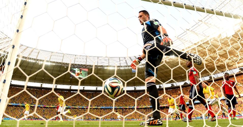 04.jul.2014 - Goleiro colombiano David Ospina observa a bola no fundo da rede após gol do zagueiro Thiago Silva, no Castelão