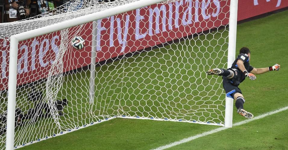 04.jul.2014 - Goleiro colombiano David Ospina se estica, mas não impede o gol de falta de David Luiz, o segundo do Brasil no Castelão