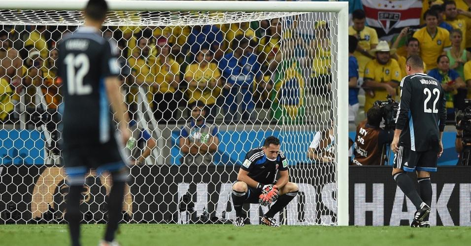 04.jul.2014 - Goleiro colombiano Ospina não esconde o abatimento após a eliminação para o Brasil na Copa do Mundo