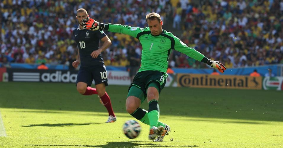 Goleiro da Alemanha, Neuer, chuta bola durante partida contra a França