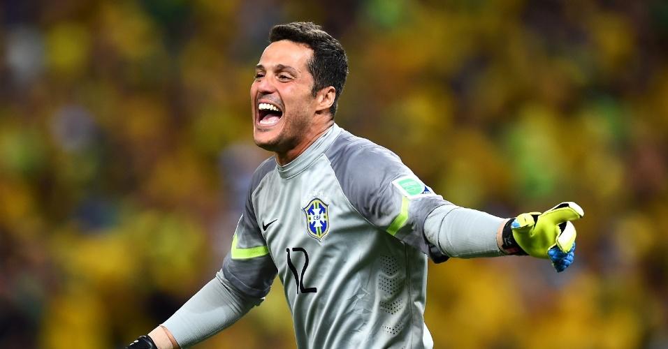 04.jul.2014 - Goleiro Julio Cesar comemora a classificação do Brasil após vencer a Colômbia por 2 a 1, no Castelão