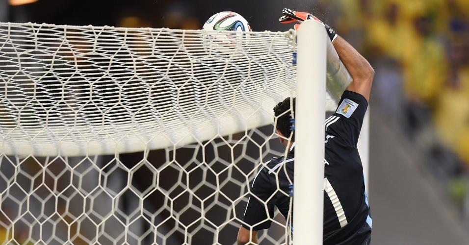 04.jul.2014 - Goleiro Ospina, da Colômbia, faz boa defesa no começo da partida contra o Brasil, no Castelão