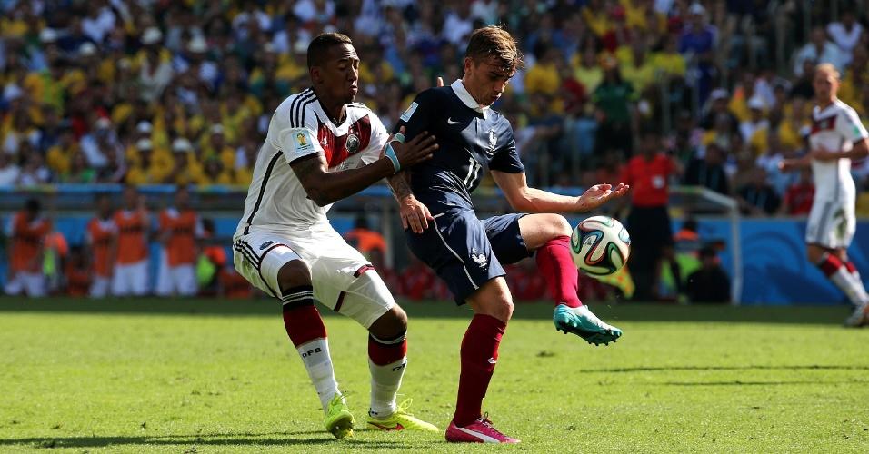 Griezmann tenta fazer o passe durante jogo entre França e Alemanha