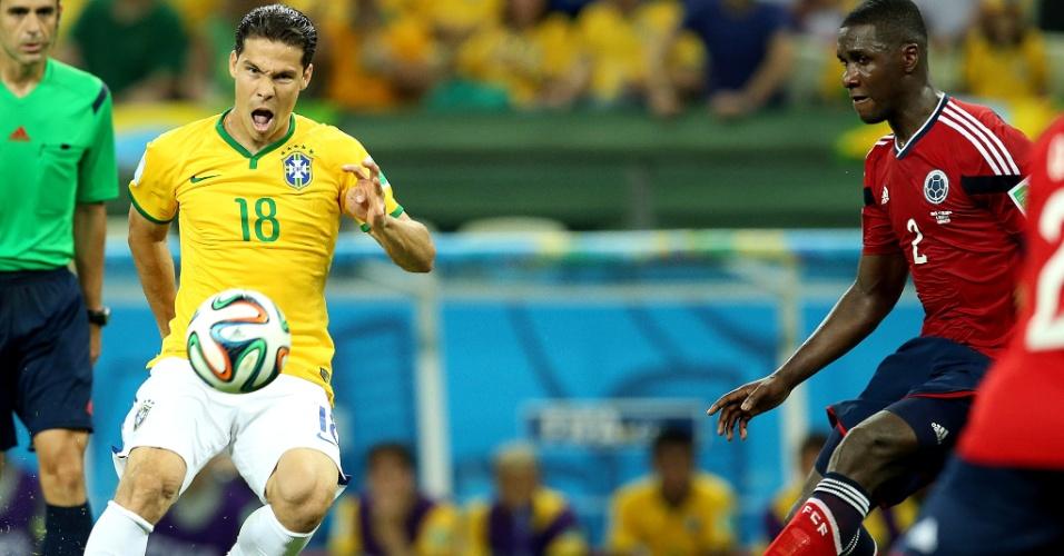 04.jul.2014 - Hernanes, que entrou no segundo tempo contra a Colômbia, domina a bola na vitória brasileira por 2 a 1 no Castelão