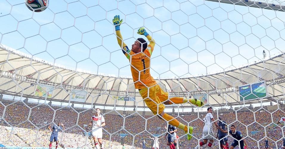 Hummels cabeceou sem chances para o goleiro Lloris e abriu o placar para a Alemanha contra a França, no Maracanã