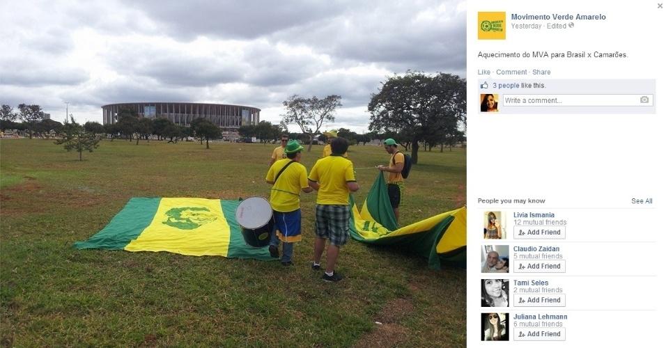 """Integrantes do """"Movimento Verde Amarelo"""" se prepara para entrar no Mané Garrincha antes do jogo contra Camarões pela fase de grupos da Copa"""