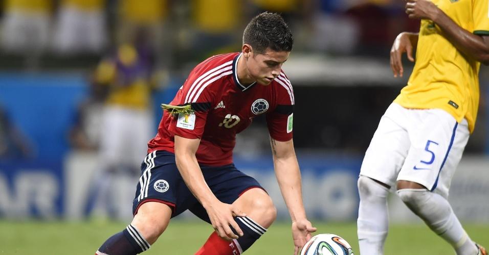 04.jul.2014 - James Rodriguez aparece com gafanhoto no braço após marcar para a Colômbia, na vitória brasileira por 2 a 1 no Castelão