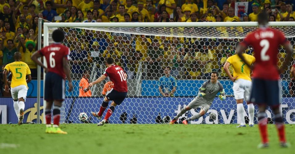 04.jul.2014 - James Rodríguez descola Julio Cesar e marca o único gol da Colômbia na vitória brasileira por 2 a 1 no Castelão