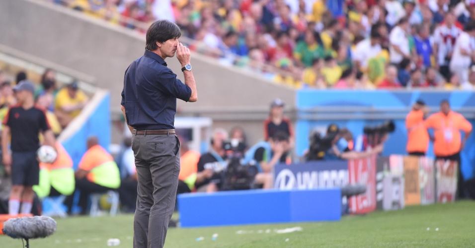 Joachim Low coça o nariz enquanto observa a partida entre Alemanha e França, no Maracanã