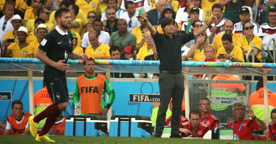 Joachim Low gesticula durante partida entre Alemanha e França, no Maracanã