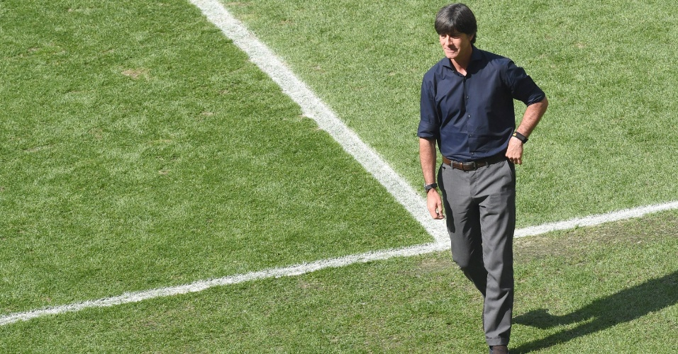 Joachim Löw, técnico da Alemanha, verifica o estado do gramado do Maracanã antes da partida contra a França