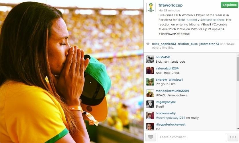 Jogadora Marta reza nas arquibancadas do Castelão durante jogo entre Brasil e Colômbia pelas quartas de final da Copa